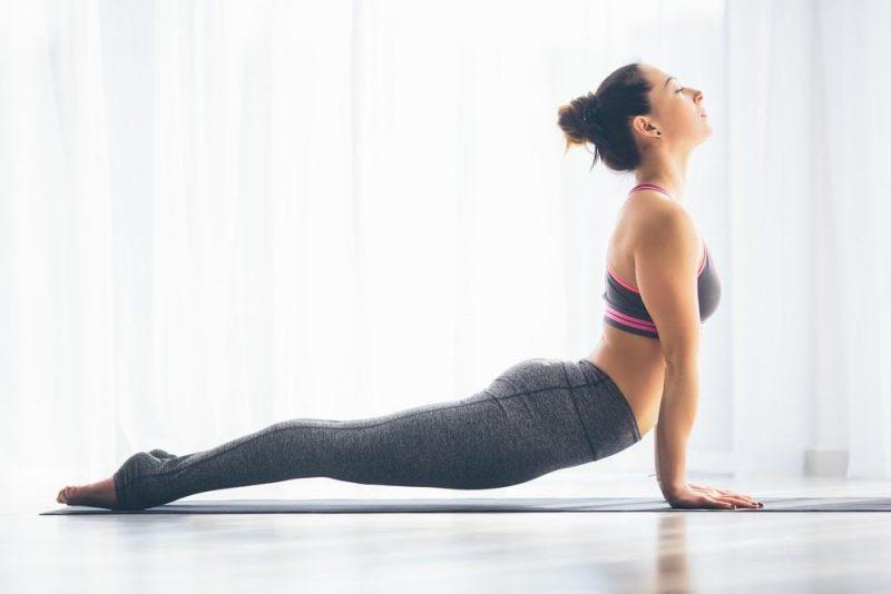 kvinna gör yogaövring