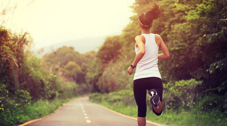 joggning på öppen väg på landet