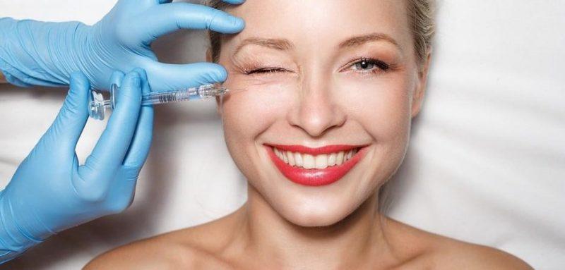 kvinna får injektionsbehandling i ansiktet