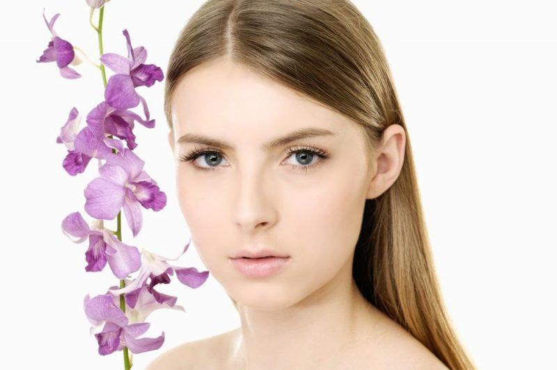ung kvinna och blommor