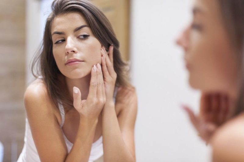 Kvinna smörjer ansikte