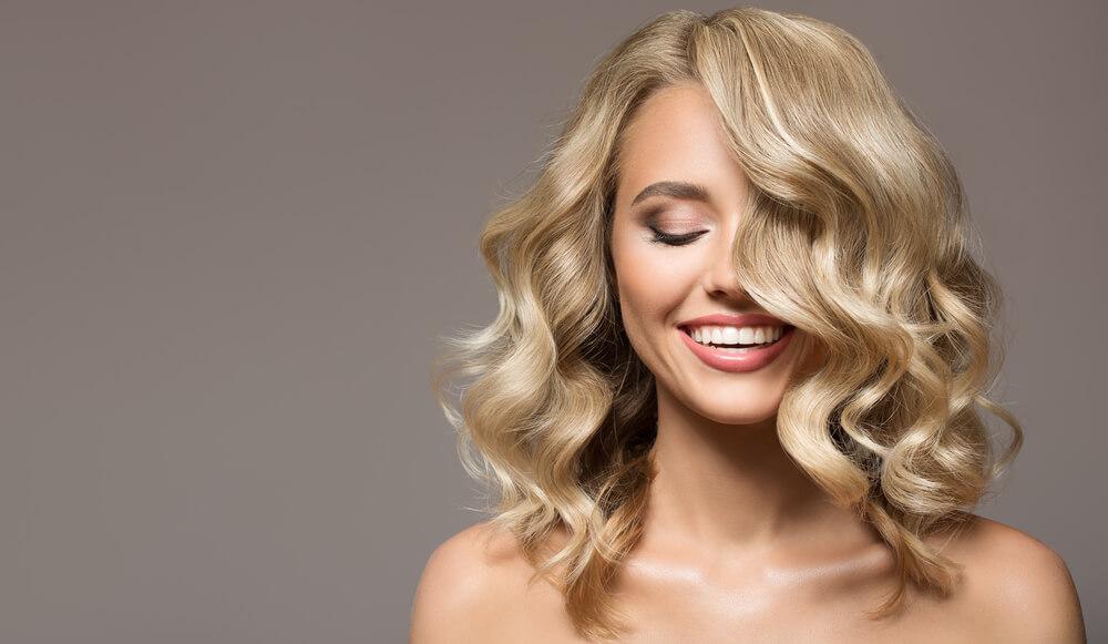 kvinna med blond lockigt hår